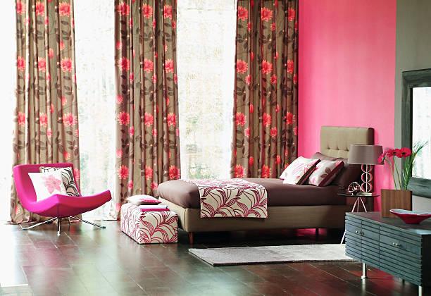 luxuriöse schlafzimmer innenansicht - hellrosa zimmer stock-fotos und bilder