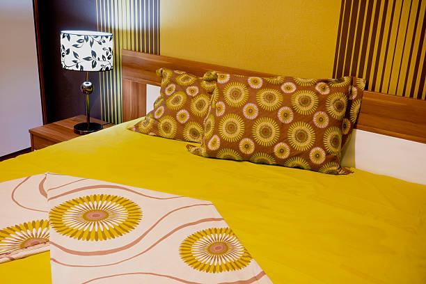 luxuriöse schlafzimmer - paletten kopfbrett stock-fotos und bilder
