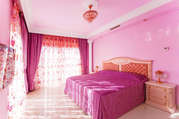 luxuriöse zimmer mit einem hellen rosa farbe, mit großen fenstern. - lila teenschlafzimmer stock-fotos und bilder