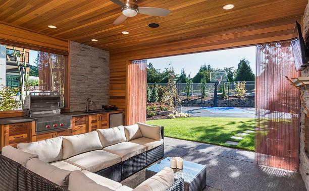 luxuriöse überdachter terrasse mit grill und spülbecken - landküche stock-fotos und bilder