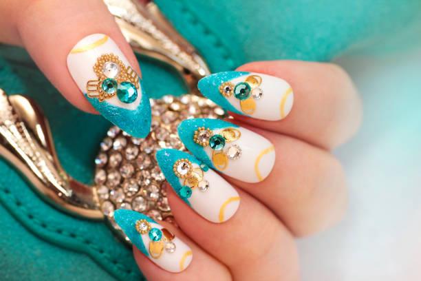 luxuriöse glamourösen sandigen blauen french manicure - nageldesign trend stock-fotos und bilder