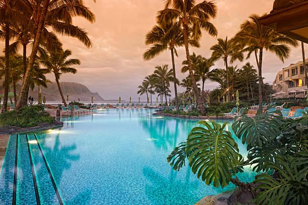 luksusowe hawaiian 5-gwiazdkowy kurort. - kurort turystyczny zdjęcia i obrazy z banku zdjęć