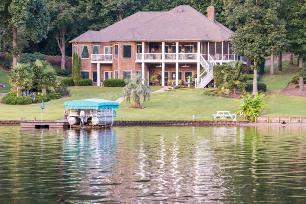 Luxurious home on Lake Bowen in upstate South Carolina Inman, South Carolina, Sept. 9, 2017: A large, luxurious, beautiful home along Lake Bowen, the largest lake in Spartanburg County and a popular place for fishing, boating and swimming in Upstate S.C. apostate stock pictures, royalty-free photos & images