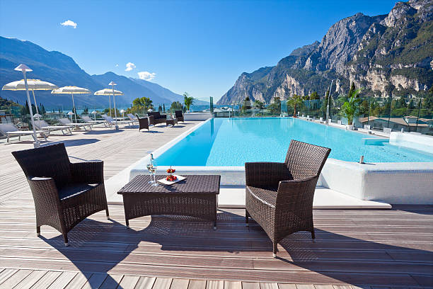 luxuriöse hotel-swimmingpool - hotel in den bergen stock-fotos und bilder