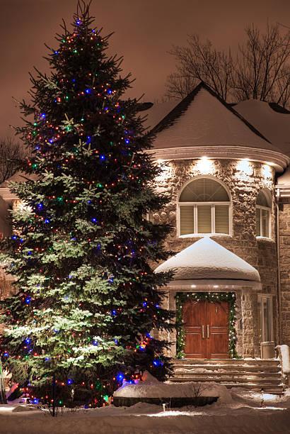 luxus-haus mit einem weihnachtsbaum - deko hauseingang weihnachten stock-fotos und bilder