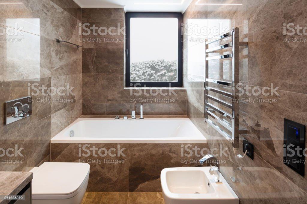 Luxuriöses Marmorbadezimmer Mit Fenster Stockfoto und mehr Bilder ...