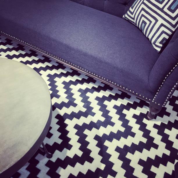 luxuriöse moderne möbel - teppich geometrisch stock-fotos und bilder