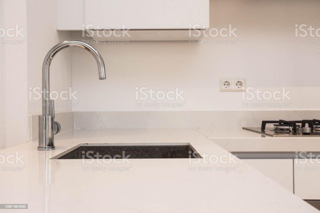 Luxuriose Moderne Kuche Mit Waschbecken Moderne Kuchenzeile Mit Verchromten Wasser Tippen Sie Auf Modernen Weissen Sauberen Konzept Stockfoto Und Mehr