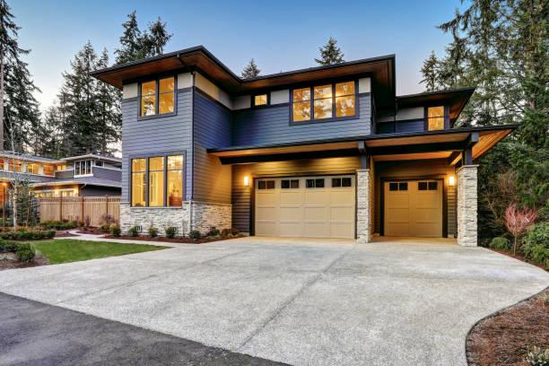 luxuriöse neubauhaus in bellevue, wa - carport stock-fotos und bilder