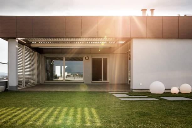 luxuriöses penthouse balkon an sonnigen tag. - dachgarten stock-fotos und bilder