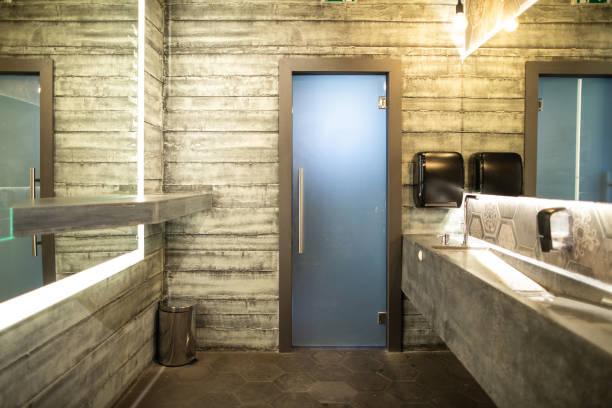 luxuriöses öffentliches badezimmer - badezimmer rustikal stock-fotos und bilder