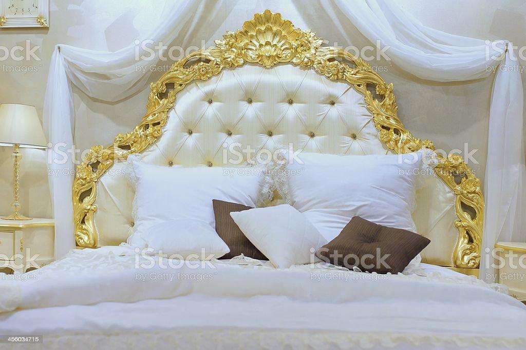 Foto De Luxuosa Cama Queensize Com Cabeceira Com Padrao Gold E Mais Fotos De Stock De Aconchegante Istock