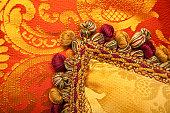 豪華なレッドとゴールドの美しい tasselss 枕、