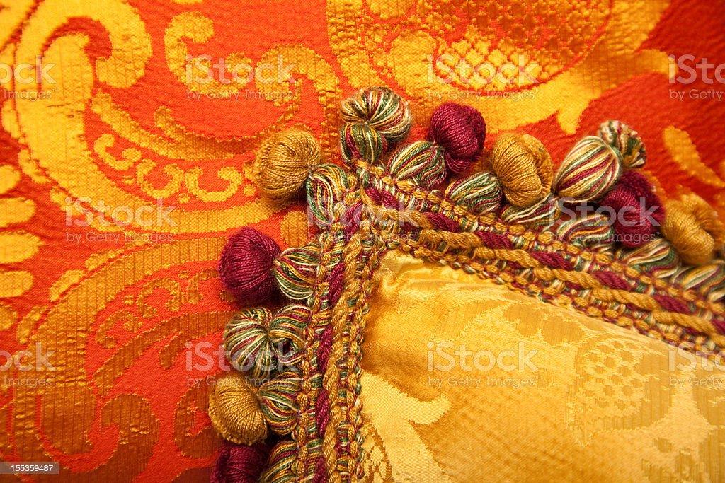 Travesseiros luxuosos de vermelho e dourado, com belas tasselss - foto de acervo