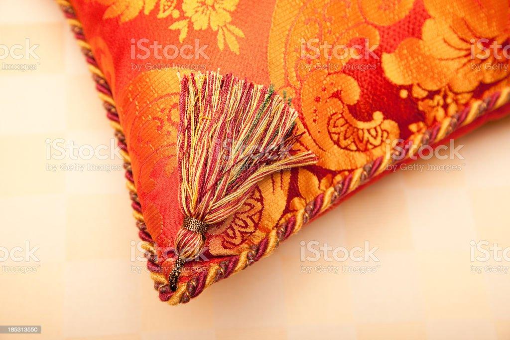 Luxuoso red, gold, green, travesseiro de canto e franja - foto de acervo