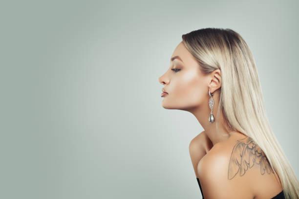 luxuriöse frau mit gesunden blonde frisur, make-up und schwarzen perlen ohrringe auf hintergrund mit textfreiraum, profil - promi schmuck stock-fotos und bilder