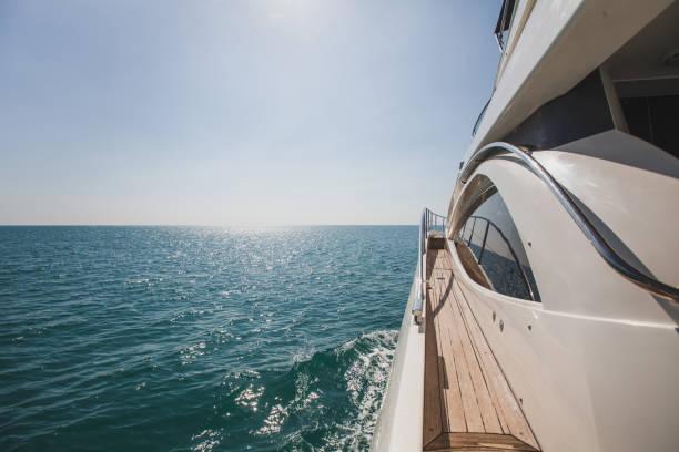 lancha yate de lujo en el mar - yacht fotografías e imágenes de stock