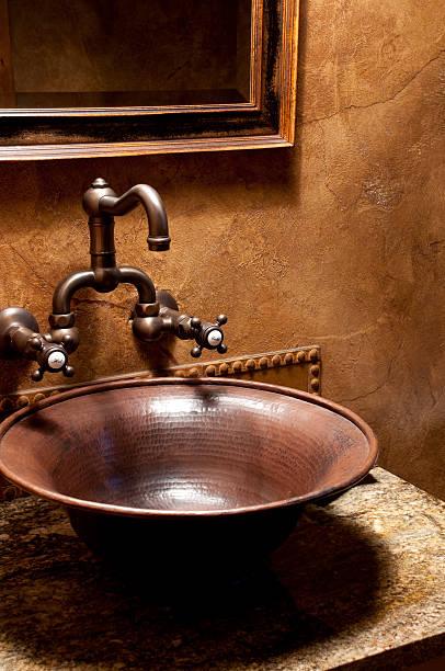 waschbecken im badezimmer - badezimmer rustikal stock-fotos und bilder