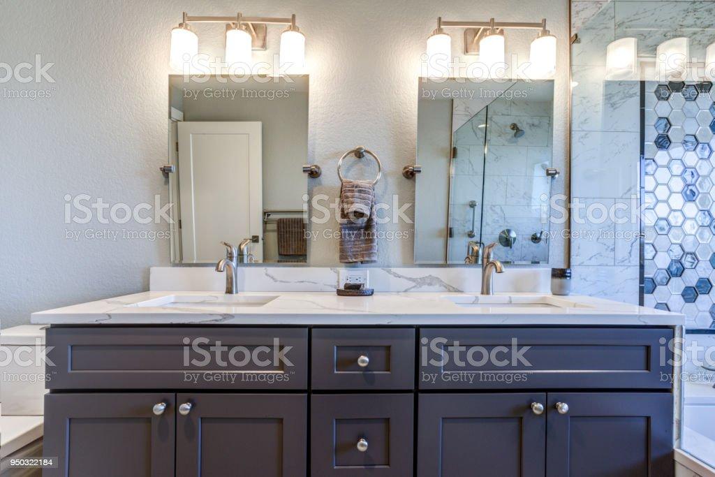 Fotografía de Interior Del Cuarto De Baño De Lujo Con Lavabo Doble ...