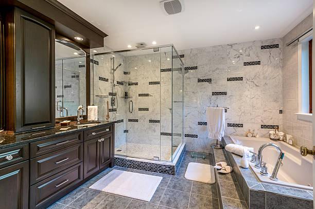 luxus-badezimmer - badewanne holz stock-fotos und bilder