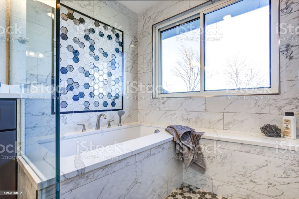 Luxus Badezimmer Mit Marmor Fliese Surround Lizenzfreies Stock Foto