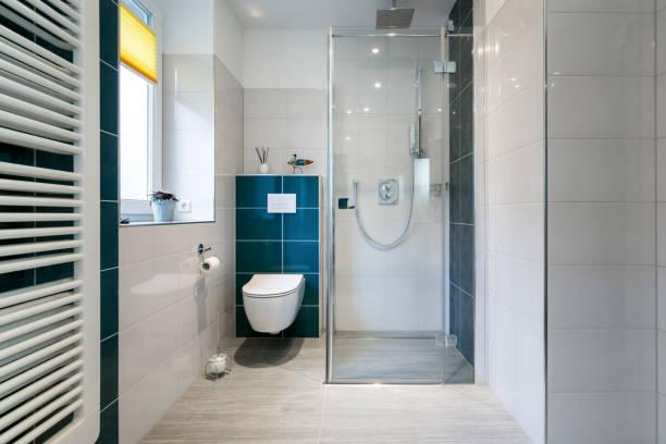 casa de banho de luxo com pé no chuveiro de vidro - tiro horizontal de uma luxuosa casa de banho com chuveiro walk-in, grande. - banheiro doméstico - fotografias e filmes do acervo