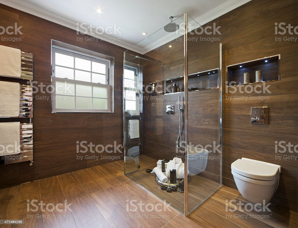 Bagno di lusso con legno effetto piastrelle fotografie stock e