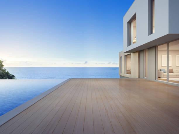 Casa de praia de luxo com piscina de vista mar e terraço vazio em design moderno, férias em casa para família grande - foto de acervo