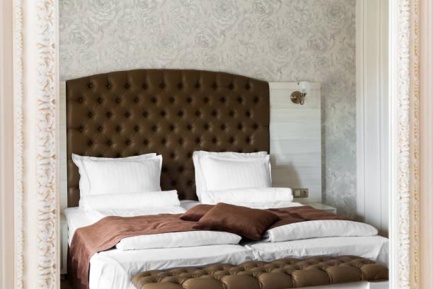 luxus schlafzimmer innenraum reflektiert in einem spiegel - gepolsterte bank stock-fotos und bilder