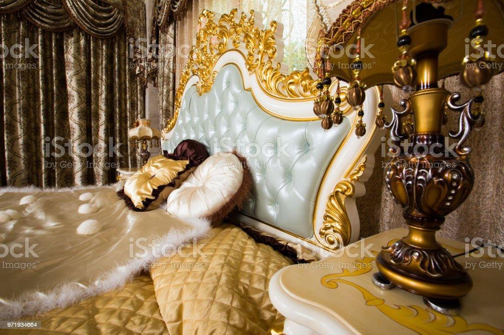 Luxus Schlafzimmer Mit Goldenen Mobel Details Stockfoto Und Mehr Bilder Von Alt Istock