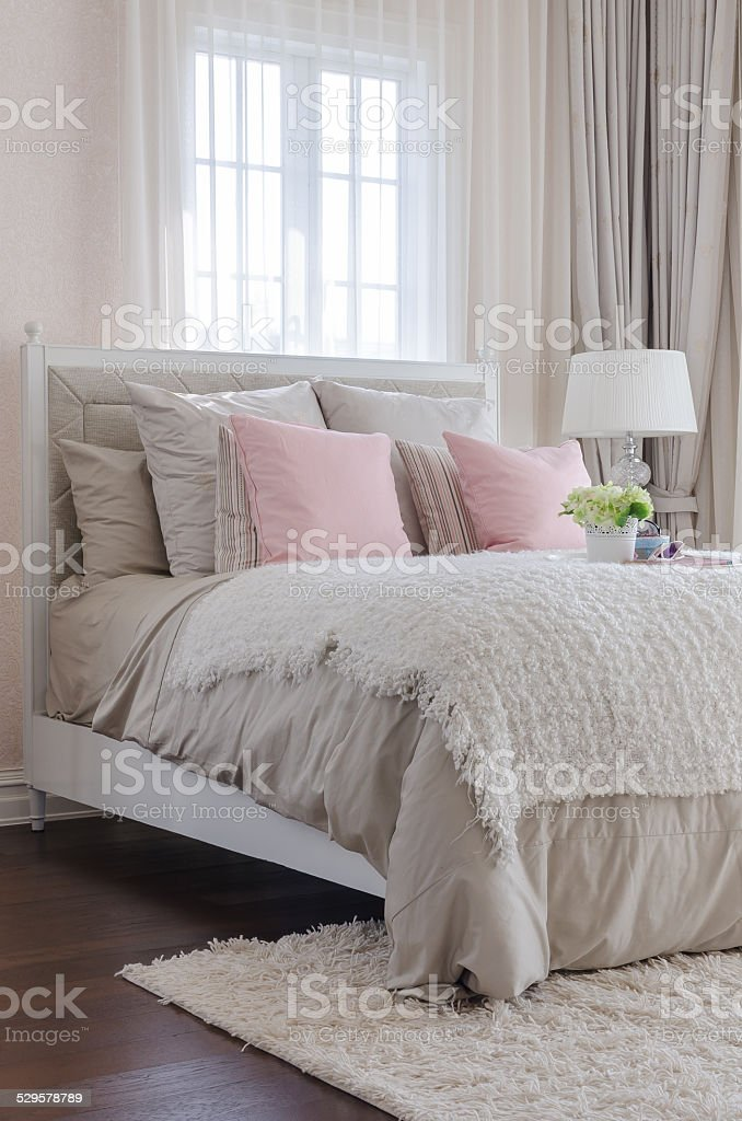 Come Posizionare I Cuscini Sul Letto.Luxury Bedroom With Pink Pillows On Bed Stock Photo Download