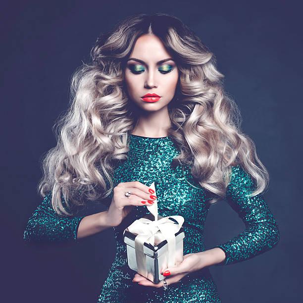 luxuriöse blonde mit einem geschenk - soup_studio stock-fotos und bilder