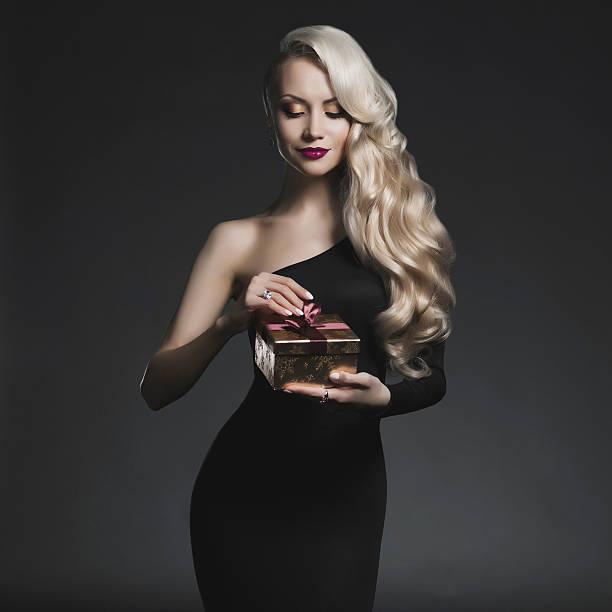 luxuriöse blonde mit geschenk - soup_studio stock-fotos und bilder