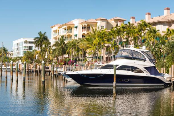 luxe boot aangemeerd door residentiële gebouwen in las olas fort lauderdale florida - aangemeerd stockfoto's en -beelden