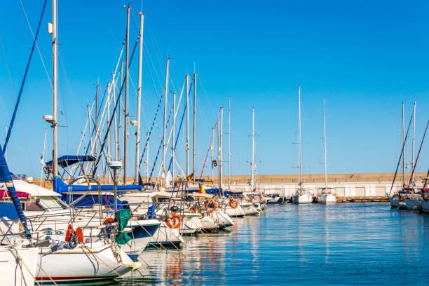 Barcos luxuosos no louro do Porto Torredembarra, Costa Daurada, Spain - foto de acervo