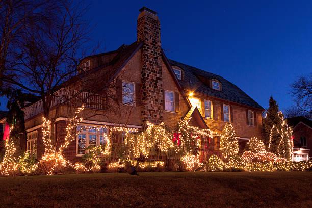 luxushotel in brooklyn haus mit weihnachtsbeleuchtung im sonnenuntergang, new york. - terrassen lichterketten stock-fotos und bilder