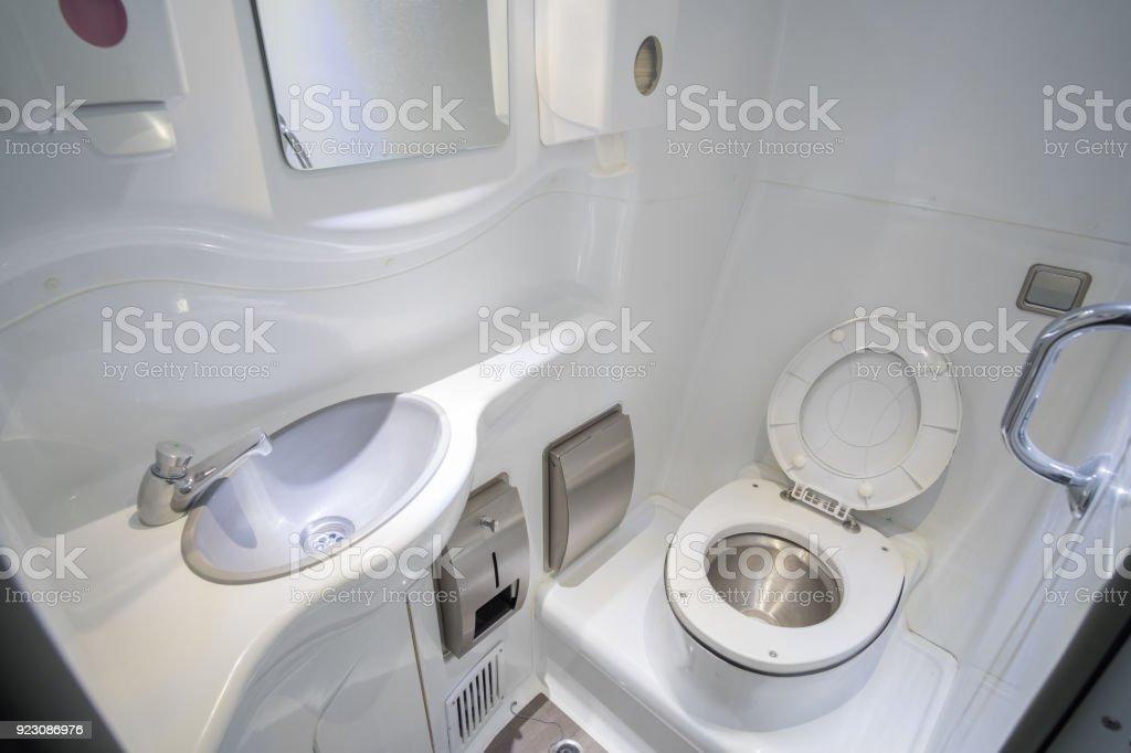Interior de autobús y autocar de lujo con vistas al inodoro - foto de stock