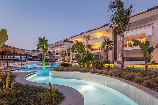 luxury construction hotel   swimming pool - promi zuhause stock-fotos und bilder