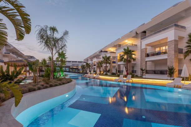 luksusowy hotel budowlany z basenem o zachodzie słońca - kurort turystyczny zdjęcia i obrazy z banku zdjęć
