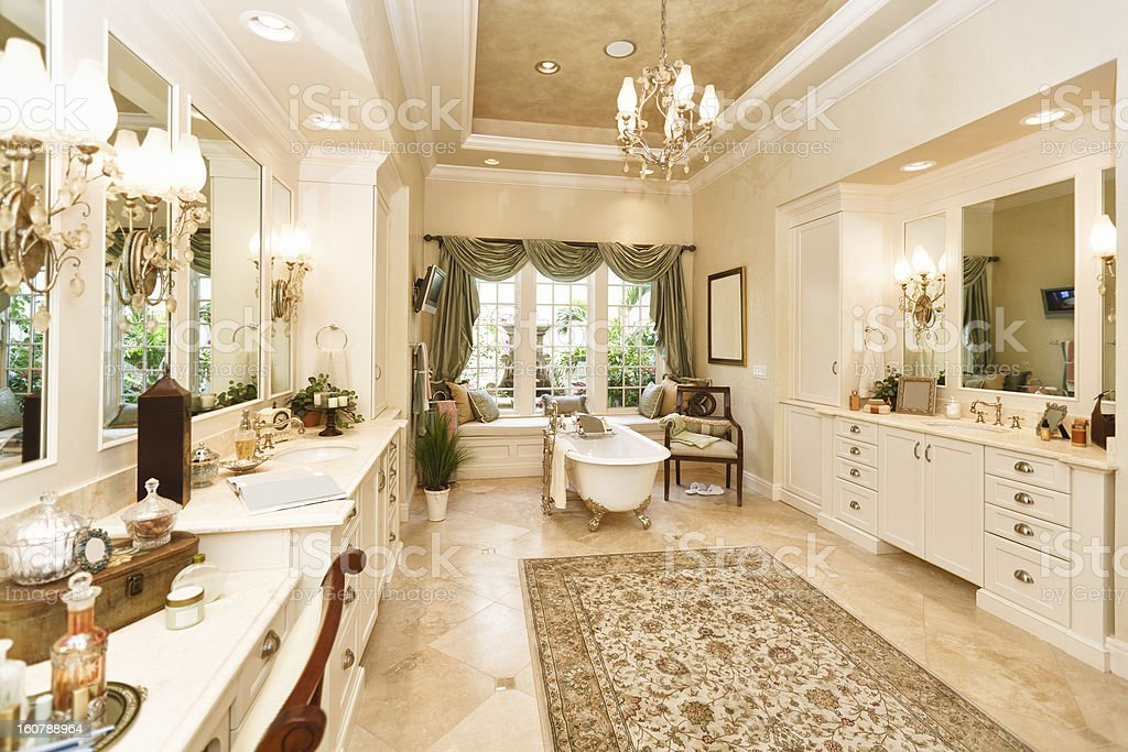 Bagno di lusso con staffa piede e vasca da bagno fotografie