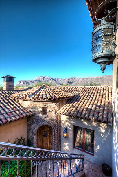 luxus wüste home eingang im innenhof - wandleuchte treppenhaus stock-fotos und bilder