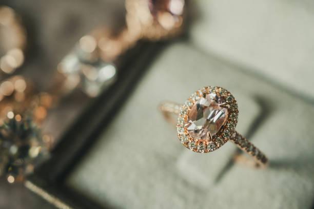 lyxig diamantring i smycken box vintagestil - förlovningsring bildbanksfoton och bilder