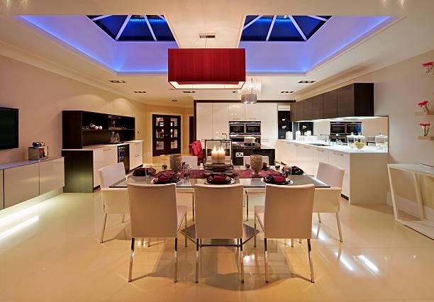 luxus einheimische küche bei nacht - küche lila stock-fotos und bilder