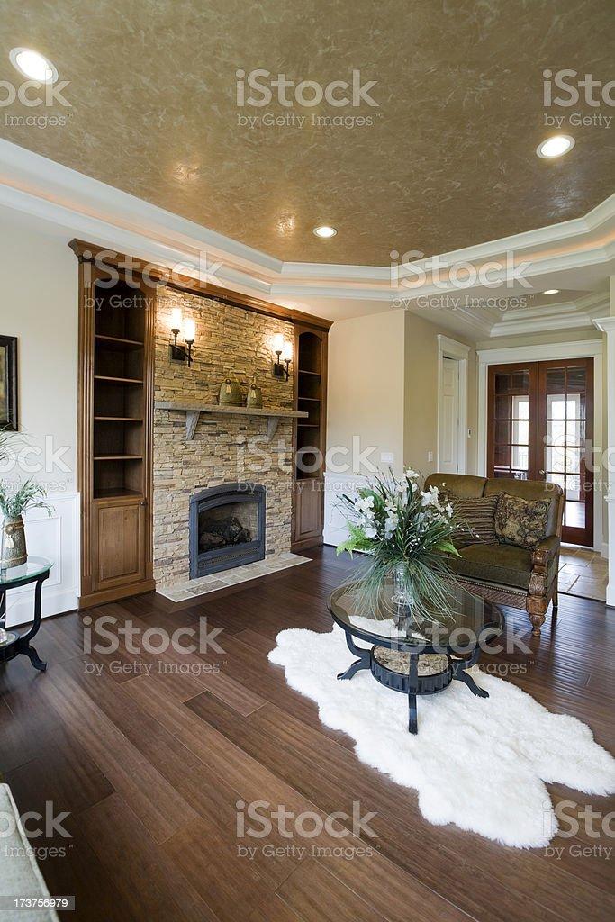 Luxuriöse Elegante Moderne Wohnzimmer Mit Holzboden Kamin Stockfoto ...