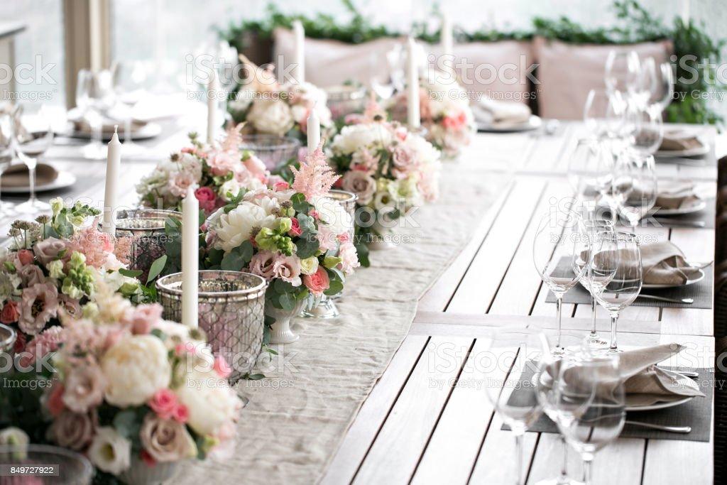 Luxo, o elegante casamento de arranjo de mesa de recepção, centro de mesa floral - foto de acervo