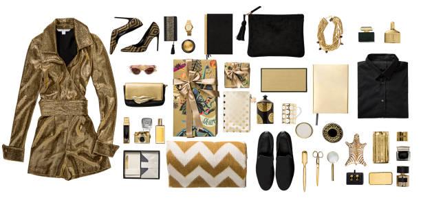 lüks moda altın giyim ve kırtasiye öğeleri düz beyaz arka plan üzerinde yatıyordu - kişisel aksesuar stok fotoğraflar ve resimler