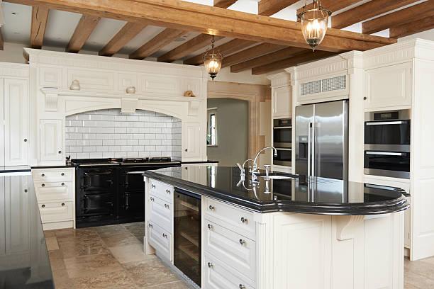 De lujo equipada cocina en casa de techo con vigas de 12,2 - foto de stock