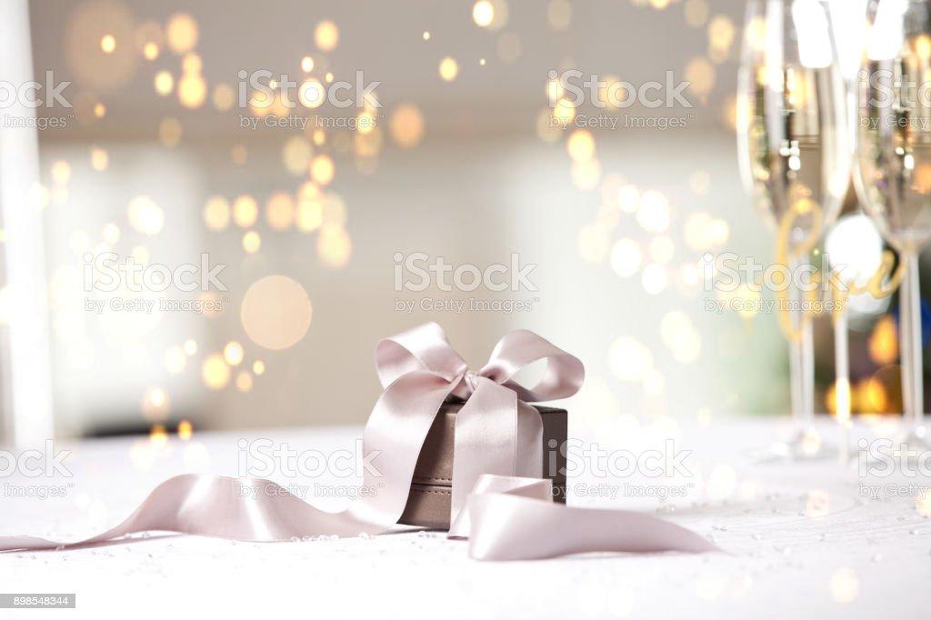 Boîte cadeau de luxe sur la table. - Photo