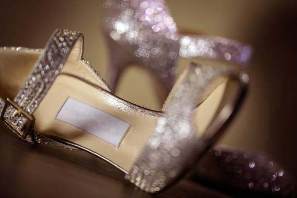 luxus glamour style schuhe - goldhochzeitsschuhe stock-fotos und bilder