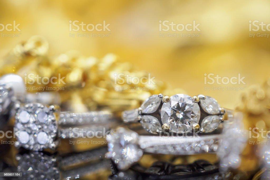 Luxe gouden sieraden diamanten ringen met reflectie op zwarte achtergrond - Royalty-free Close-up Stockfoto